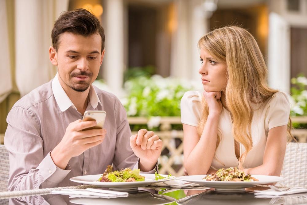 Infidelitatea online – crezi că te înșeală pe Facebook?